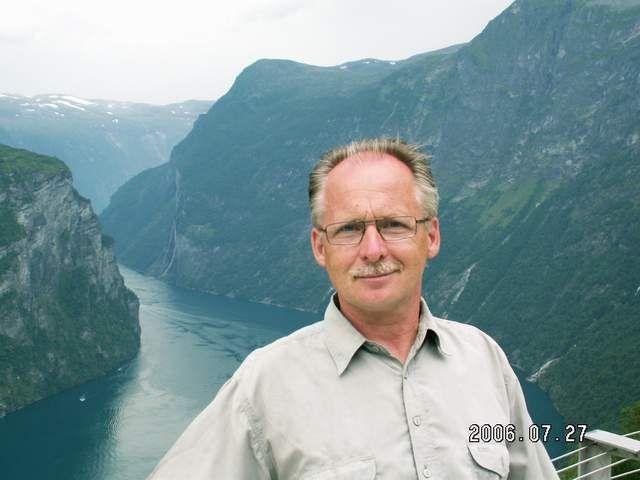 Zdjęcia: Geiranger, Autor na tle fiordu, NORWEGIA