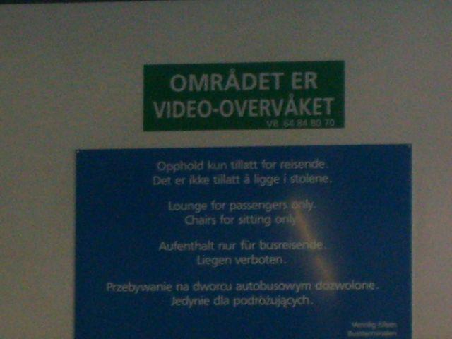 Zdjęcia: Oslo, Dworzec autobusowy, Trochę niewyraźnie, ale jaka treść:), NORWEGIA