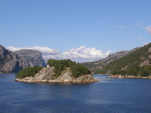 Zdjęcia: Lysefjorden, Południowe wybrzeże, Wysepka z maleńką latarnią, na fjordzie, NORWEGIA