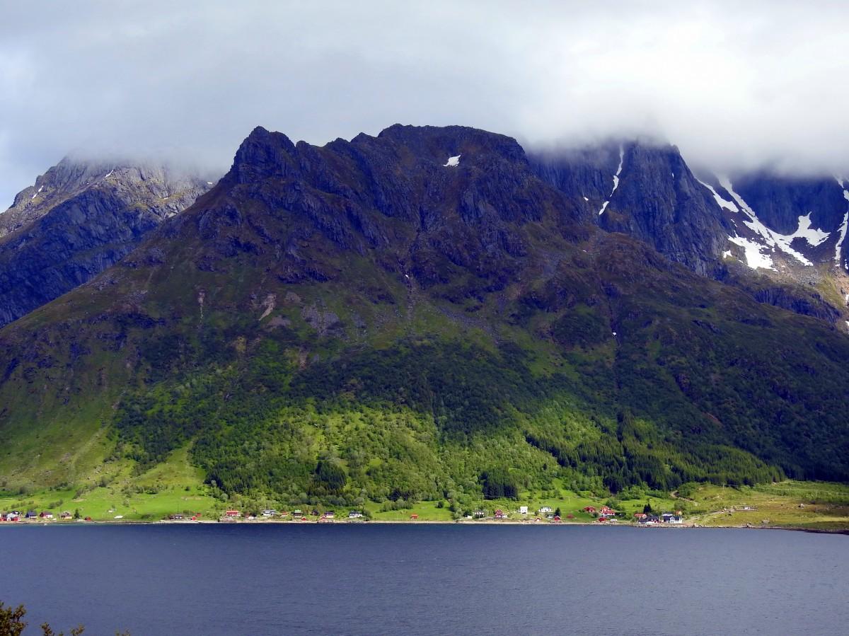 """Zdjęcia:  Okolice Svolvaer, Lofoty, """"Zielona"""" góra, NORWEGIA"""