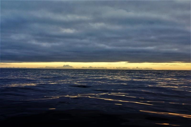 Zdjęcia: Morze Norweski, Spitsbergen, Ląd na horyzoncie, NORWEGIA