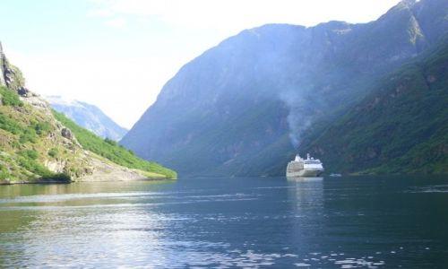 Zdjecie NORWEGIA / Hordaland / Sognefjord / Prom płynący przez Sognefjord