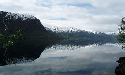 Zdjęcie NORWEGIA / nordland / nordland / odbiecie gór w fiordzie