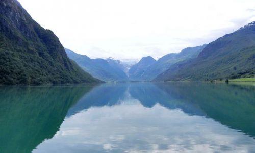 NORWEGIA / Nordfjord / Dolina Oldedalen / Jez. Oldvatnet z widocznym jęzorem lodowca Briksdalsbreen