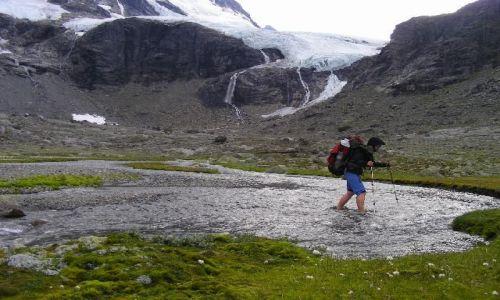 Zdjecie NORWEGIA / Hurrungane / Hurrungane / Przekraczanie rzeczki wypływającej z lodowca Jervvassbreen