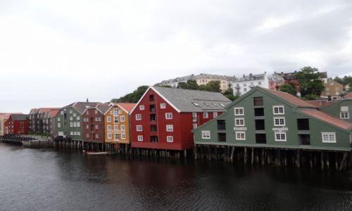 Zdjecie NORWEGIA / Norwegia / Trondheim / Domy nad wodą