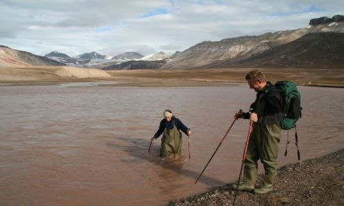 Zdjęcie NORWEGIA / Svalbard / Rzeka Ebby / Przeprawiając się przez rzekę