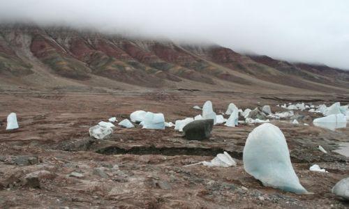 Zdjęcie NORWEGIA / Svalbard / zanikajace jezioro w okolicach trojkolorowej góry / Jak duzy jest ten blok ?