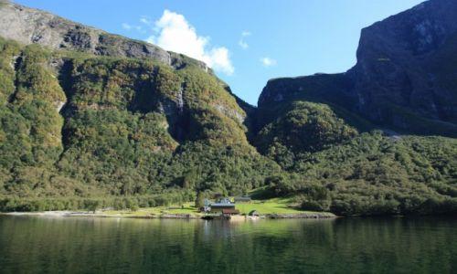 Zdjecie NORWEGIA / Nærøyfjord / Z Flåm do Gudvangen / Pod wodospadem