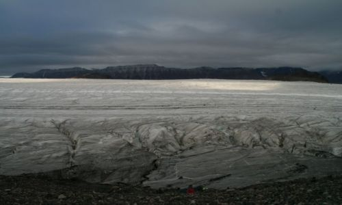Zdjęcie NORWEGIA / Svalbard / W tej krainie wszytko jest duze....tylko człowiek i jego namioty malutkie / Namioty sa bardzo male