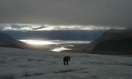 NORWEGIA / Svalbard / Lodowiec Ebba z ktorego pobieramy wode do badan. Woda na lodowcach jest jak destylowana. T / Pobierajc wode do badan