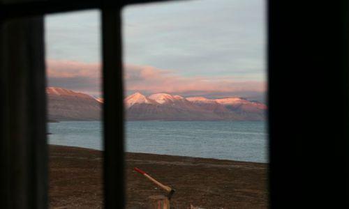 NORWEGIA / Svalbard / z naszej chatki / przez okno