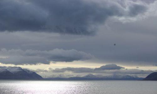Zdjęcie NORWEGIA / Svalbard / siedzac przed chatka. / Swiatlo i dzwiek - na bramie 1