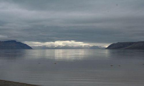 NORWEGIA / Svalbard / siedzac przed chatka. / Swiato i dzwiek - brama 2