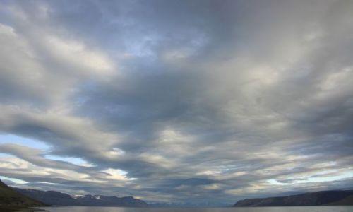 NORWEGIA / Svalbard / siedzac przed chatka. / Swiatlo i dzwiek- brama 3