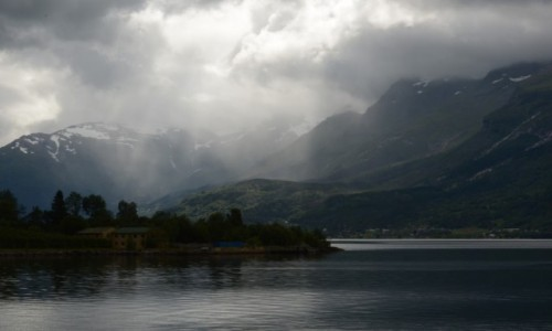 Zdjecie NORWEGIA / Hardanger fiord / Hardanger / chmury na fiord