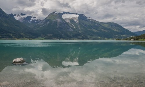 NORWEGIA / p�n. Norwegia / ok. Folven / Przegl�daj�c si� w wodach fiordu....