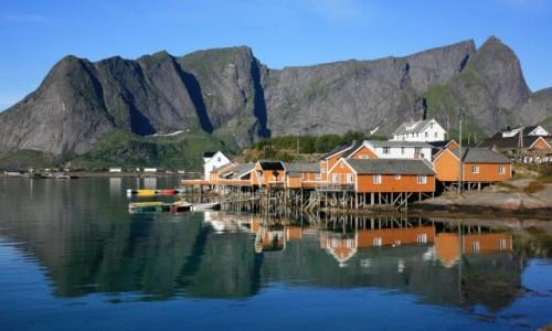 NORWEGIA / Lofoty / Sakrisøy / S�oneczny poranek w Sakrisøy