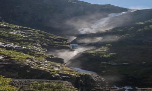 Zdjęcie NORWEGIA / płn. Norwegia / Trolltigen / Kamienny mostek nad wodospadem