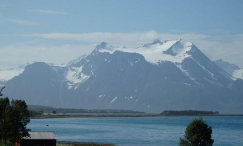 NORWEGIA / Norwegia północna / między Altą , a Lofotami / Duża góra wystająca z morza