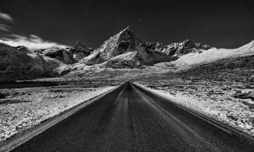 NORWEGIA / Lofoty / okolice Nusfjordu / W drodze