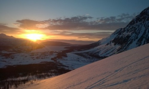 NORWEGIA / Lyngen Alpene / Jægervasstindan / Zachód słońca, dzień polarny