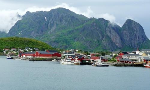 Zdjecie NORWEGIA / Lofoty / Reine / W cieniu góry