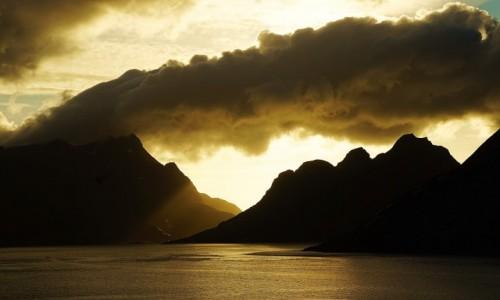 Zdjecie NORWEGIA / Lofoty / Reine / Zza chmury