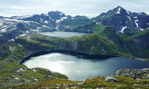 Zdjęcie NORWEGIA / Lofoty / Szczyt Munken, Wyspa Moskenesoya / Górskie jeziorka Krokvatnet i Tennesvatnet