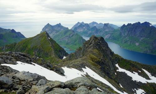 Zdjecie NORWEGIA / Lofoty / Szczyt Munken, Wyspa Moskenesoya / Ośnieżone i zielone