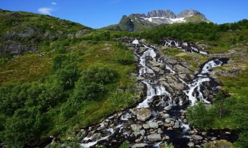 Zdjęcie NORWEGIA / Lofoty / Sorvagen, / Wodospad na tle góry Støvla