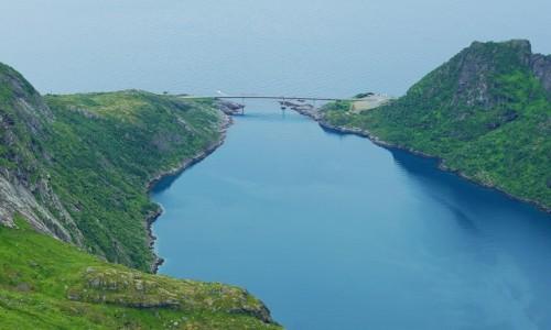 Zdjęcie NORWEGIA / Lofoty / Szczyt Munken, Wyspa Moskenesoya / Most na drodze do Reine