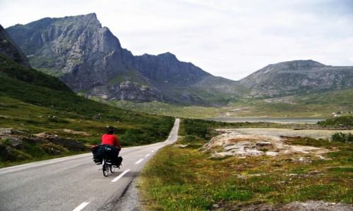 Zdjęcie NORWEGIA / Lofoty / Flakstadøya / Równiutka, pusta droga w górskiej oazie spokoju czyli raj rowerzysty :)