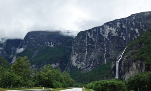 Zdjecie NORWEGIA / Andalsnes / Droga E136 kilka km. przed Andalsnes / Thor chwilowo powstrzymuje deszcz i zezwala na wypicie kawy