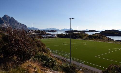 NORWEGIA / Lofoty / Henningsvaer / Stadion w Henningsvaer