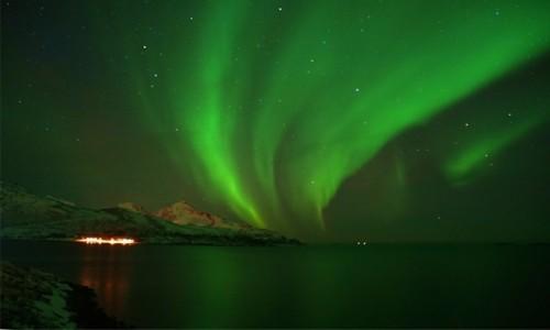 NORWEGIA / Troms / Kvaløyvågen / Zielona noc