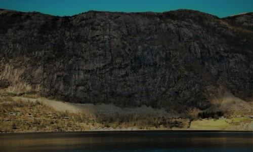 Zdjecie NORWEGIA / Zachodnia Norwegia / /domki letnie przy ogromnej skale Lysefjordu / Zauważcie domki