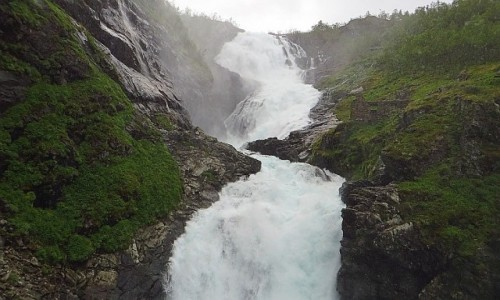 Zdjęcie NORWEGIA / Norwegia południowo - zachodnia / trasa kolejki flamsbana Myrdal - Flam / wodospad Kjosfossen (93 m)