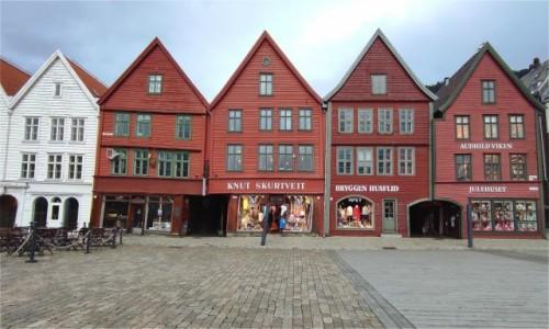 NORWEGIA / Vestland / Bergen / Drewniana zabudowa Bryggen z 1901 roku