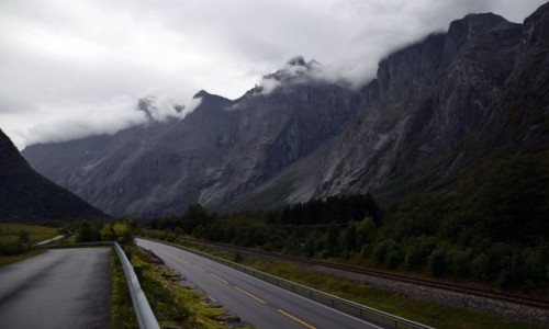 Zdjecie NORWEGIA / More og Romsdal / Trollveggen / Trollveggen z dołu