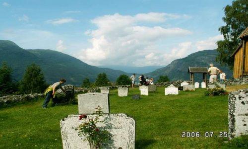 NORWEGIA / brak / Urnes / Cmentarz obok stavkirke