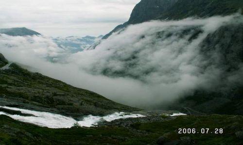 Zdjęcie NORWEGIA / brak / Droga 63 / Mgła nad drogą trolli