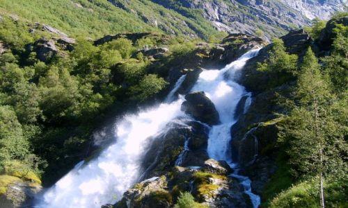 Zdjęcie NORWEGIA / okolice Briksdalsbreen / brak / wodospad