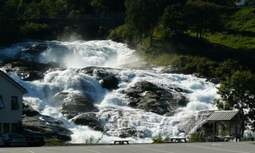 Zdjecie NORWEGIA / nad Geirangerfjord / brak / Wodospad w środku miasta