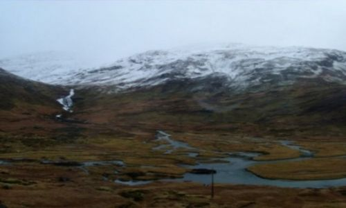 Zdjecie NORWEGIA / Płaskowyż Hardangervidda / za stacją kolejową Myrdal w kierunku Bergen  / Ośnieżony Płaskowyż Hardangervidda kontrastujący z dziką rzeką w dolinie