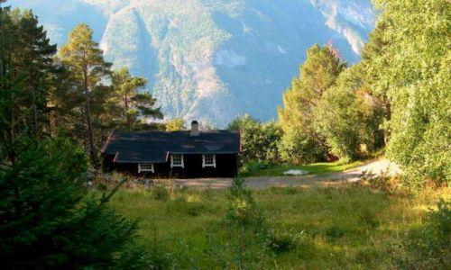 Zdjecie NORWEGIA / okolice Aurland / okolice Aurland / chatka nad fjordem