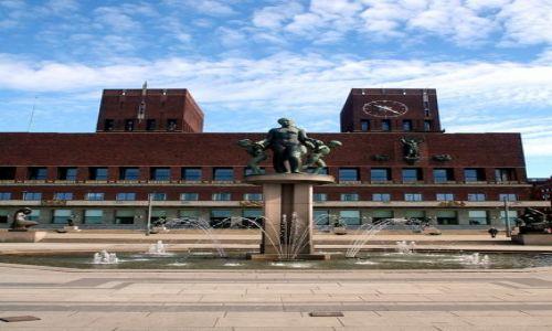 NORWEGIA / Oslo / Centrum / Ratusz z fontanną