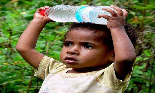 Zdjecie NOWA GWINEA / Papua / Syokosimo / Dziewczynka z wodą
