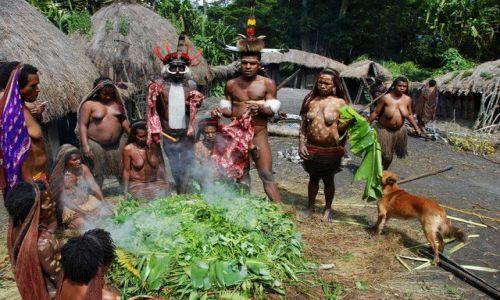 Zdjęcie NOWA GWINEA / Papua-Wamena / Dolina Baliem / Papuaski obiad
