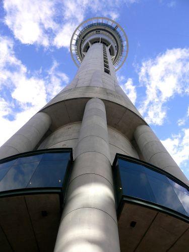 Zdj�cia: Auckland, Wyspa Polnocna, Sky Tower (ponad 328 m wys. najwyzsza na Polud. Polkul , ze swietnie zorganizowanym bungy-jumpi, NOWA ZELANDIA